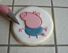 """Biscotti Peppa Pig """"George"""" Peppa Pig Cookie, Peppa Pig Birthday Cake, Baby Birthday, Birthday Ideas, Pig Cookies, Sugar Cookies, Pig Party, Cookie Gifts, Cookie Designs"""