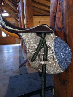 Bling English saddle soooooo cool :) my instructor is a very proper lady and would not approve lol. Wouldn't this hurt a bit? English Horse Tack, English Saddle, Equestrian Outfits, Equestrian Style, Barrel Racing Tack, Horse Accessories, Horse Gear, English Riding, Tallit