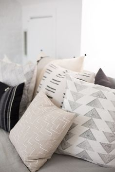 Danielle Moss's Scandinavian-Inspired Apartment The Everygirl Co-founder Danielle Moss' Chicago Apartment Tour Chicago Apartment, Home Living Room, Apartment Living, Apartment Therapy, Neutral Pillows, Geometric Throws, Geometric Shapes, My New Room, Pillow Design