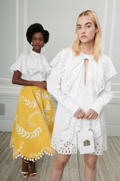 Oscar de la Renta Resort 2019 collection, runway looks, beauty, models, and reviews.
