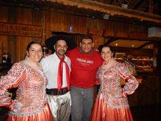 086 - Entre os dançarinos Gaúchos da churrascaria Garfo e Bombacha, na estrada entre as cidades de Gramado e Canela.