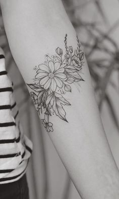 #Tatowierung Design 2018 Romantische Daisy Flower Tattoos #blackwork #Ideaan #tattoed #2018Tatto #neutatto #Sexy #Women #BestTato #beliebt #BestTatto #tatto #tattoos #tatowierung #Neu #farbig#Romantische #Daisy #Flower #Tattoos