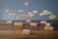 Petits poissons sur socles (environ 20 cms de haut en moyenne). Socles en pin, poissons en ayou