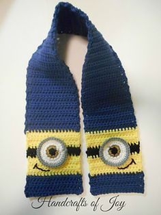 Find the free pattern on Handcrafts of Joy Wie süß ist das? Finden Sie das kostenlose Muster auf Handcrafts of Joy Crochet Kids Hats, Crochet Gloves, Crochet Gifts, Crochet Scarves, Crochet Shawl, Crochet Baby, Minion Crochet Patterns, Crochet Granny, Hand Crochet
