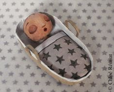 Mini baby in her basket. UNIQUE signed piece made entirely by hand in wire, coated paper, cotton for hair, Acrylic paint and varnish matte anti-uv. Its dimensions are 7cm in length by 3.5 cm in breadth. Name of the baby added upon request on the front cover.