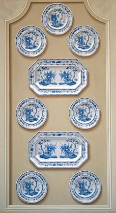 trompe l'oeil plates Fischer-White Fischer-White Hicks This reminds me… Blue And White China, Blue China, Love Blue, Chinoiserie, Plates On Wall, Plate Wall, Hanging Plates, Painted Plates, M48