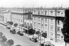 La calle de Liverpool y el Hotel Geneve, en la colonia Juárez, hacia 1930. Este inmueble fue inaugurado en 1907 y aún existe, en el cuadrante de la Zona Rosa; la casa del lado izquierdo fue reemplazada por un edificio de oficinas.