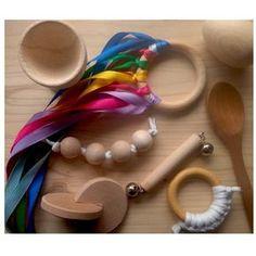 KIT BEBÉ MONTESSORI - Alupé – Todo el material que el bebé necesita durante el primer año de vida para estimular sus capacidades y destrezas. Incluye: móvil de cintas, sonajero de cascabeles, cuchara de palo, copa y huevo, discos entrelazados, mordedor de algodón y bolas de agarre. Realizado en España de manera artesanal.