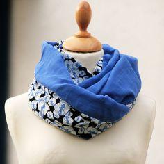 Col snood femme Lange bleu électrique Imprimé fleuri noir de la boutique  PetitPote sur Etsy Snood 8e33013f3ea