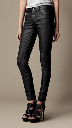 Burberry Eng geschnittene, beschichtete Westbourne-Jeans auf shopstyle.de