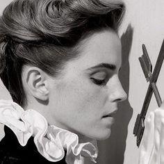 Emma Watson deixou parte de seus seios à mostra na Vanity Fair e caiu em contradição. Quem está com a razão nessa história toda? ...
