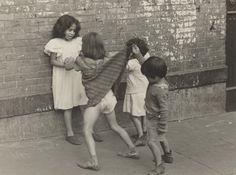 Helen Levitt (1918-2009). New York, around 1940. © Estate of Helen Levitt, photo courtesy of the National Gallery of Art, Washington