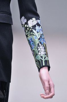 bordado artista  embroidered details on sleeve