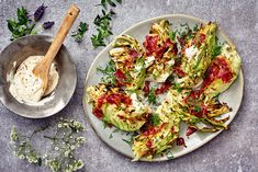 Grillattu varhaiskaali ja sinappismetana Avocado Toast, Tofu, Vegetable Pizza, Quiche, Vegetables, Breakfast, Kitchen, Recipes, Morning Coffee