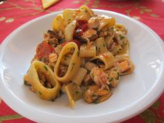 Lezioni di pesce: Calamarata allo scoglio Fish Recipes, Seafood Recipes, Gourmet Recipes, Pasta Recipes, Cooking Recipes, Calamari, Italian Main Courses, Scampi, Fish Pasta