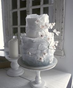 Isn't this the prettiest #whiteweddingcake • Cake: Elena Gnut Cake