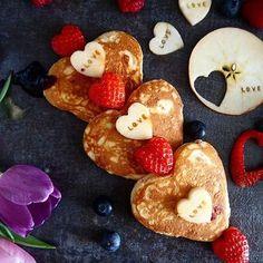 Guten Morgen ihr Turteltäubchen ❤️❤️ wie wäre es mit Heart-Pancakes für Verliebte von @mines_caken_and_sweets ? ❤️ Love is in the aire  #love #valentinstag #pancakes #breakfast #frühstück