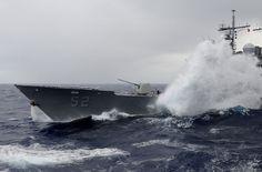 Archivo: Defense.gov Fotografía de noticias 111224-N-RG587-046 - Las olas rompen sobre el crucero de misiles guiados USS Bunker Hill CG 52 como el barco recibe el combustible desde el portaaviones USS Carl Vinson CVN 70 during.jpg