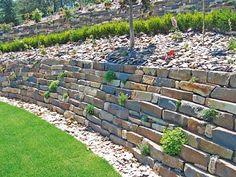 Zahrady ve svahu dobře vyřeší suché zídky, které se ve spojení s rostlinami postarají o nevšední pohled.