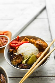 Eggplant tofu rice bowls with kimchi. Hearty, flavorful, Asian bowl with crispy almond butter tofu and sesame stir-fried eggplant! Kimchi, Vegan Vegetarian, Vegetarian Recipes, Healthy Recipes, Minimalist Baker, Baker Recipes, Comida Latina, Vegan Dinners, Almond Butter