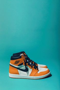 1's Sneakers Wallpaper, Shoes Wallpaper, Nike Wallpaper, Jordans Sneakers, Air Jordans, Shoes Gif, Zapatillas Jordan Retro, Air Jordan Retro, Jordan Basketball Shoes