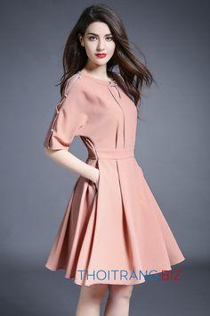 Mẫu váy xòe LD770 thiết kế mới của LOZA mang phong cách trẻ trung, vai xẻ cách điệu cá tính mới lạ. Các bạn gái có thể mặc đi làm công sở hoặc đi chơi dạo phố mang lại cảm giác thật thoải mái trong những ngày hè.