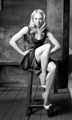 Renee Zellweger sexy legs in a ET black and white portrait Renee Zellweger, Blond, Nurse Betty, Catherine Zeta Jones, Great Legs, Nice Legs, Strike A Pose, Hot Actresses, Actress Photos