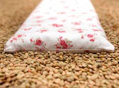 COJINES DE SEMILLAS TERAPEUTICOS 100% NATURALES    ¿De qué están hechos?   Contienen una mezcla  de diferentes semillas y hierbas medicinales, que en combinación con el calor o frió emiten aromas con propiedades curativas y relajantes.  Algunas de estas hierbas son manzanilla, lavanda, romero,  menta...   Cada una tiene propiedades específicas que ayudan al bienestar del cuerpo.
