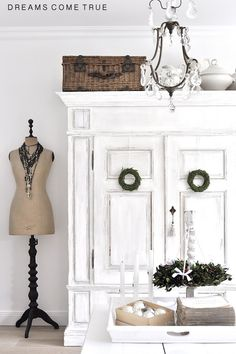 Beautiful Totally White Vintage Christmas Decoration Ideas 28 rnrnSource by margporter Shabby Chic Furniture, Shabby Chic Decor, Painted Furniture, Painted Armoire, Shabby Vintage, Vintage Decor, Vintage Christmas Lights, Muebles Shabby Chic, Vibeke Design
