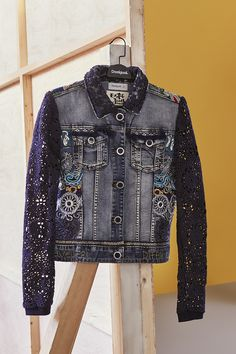 Feel slim fit wearing the denim jacket with a thousand embroidered details and lace on the sleeves Jacket Style, Jeans Style, Jean Outfits, Cool Outfits, Jeans Recycling, Denim Ideas, Denim And Lace, Recycled Denim, Old Jeans