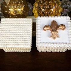 Bom dia! Com essas caixinhas lindas, ótimas para lembrança de nascimento , batizado , casamento e aniversário. #caixa #caixapersonalizada #pérolas #sabonete #sachePerfumado #flor #flordelis #atelie #AtelieMariVenancio