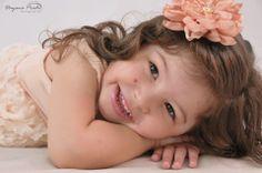 Lara usando flor de seda no bico de pato