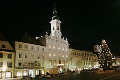 Main square of Steyr in Upper Austria with Rococo townhall Steyr, Romantic Road, Rococo Style, Salzburg, Austria, Places To Go, River, Building, People
