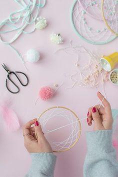 MumKoa | Categorías del producto ATRAPASUEÑOS Crochet Dreamcatcher, Macrame Art, Diy And Crafts, Crafts For Kids, Arts And Crafts, Dream Catcher Decor, Hoop Dreams, Pom Pom Crafts, Rainbow Crafts