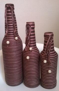 Jogo de garrafas decoradas com linha na cor marrom.  faço na cor de sua preferência.  As garrafas são nos seguintes tamanhos: 600ml, 355 ml e 275 ml.