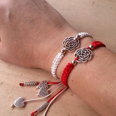 Pulseras de hilo macramé hecho a mano blanco y rojo flor Japanese Ornaments, Baba Marta, Pandora Charms, Jewellery, Bracelets, Arm Candies, Knot Bracelets, Earrings, Necklaces