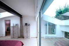 ゆったり目のテラス付きの天井の低いベッドルーム | 住宅デザイン