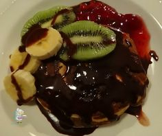 Receta casera de tortitas con frutas y sirope de chocolate #tortitas #chocolate #postrescaseros