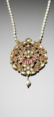 An Indian diamond and ruby crescent Pendant Sold 2500€