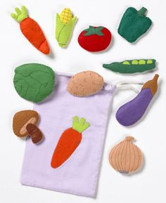 Felt veggies for quite book, add a shopping cart or cutting board, or maybe a pot for soup? Baby Crafts, Preschool Crafts, Felt Crafts, Crafts For Kids, Sewing Projects, Craft Projects, Felt Projects, Felt Play Food, Diy Cutting Board