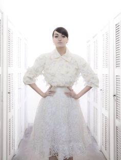 Aplicações e bordados românticos para um modelo de vestido de noiva invernal assinado por R. Rosner para Baaz Atelier.