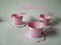 Esta linda xícara pode ser usada como lembrancinha de chá de bebê, chá de mulheres, chá de panela, dia dos professores, entre outro.  Acompanha um sachê de chá e etiqueta da ocasião.  Fazemos em todas as cores