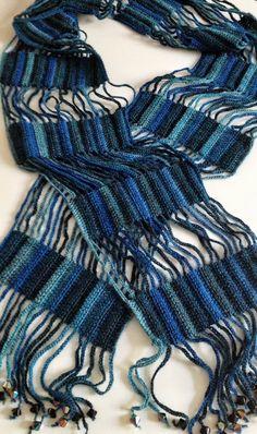 Feito em crochet com fio Regia Hand-dye effect (70% lã; 25% poliamida e 5% acrílico).  As pontas contêm missangas.  Mede aproximadamente 18 cm x 188 cm.  Padrão em azul matizado, muito bonito.  Todas as minhas peças são únicas.