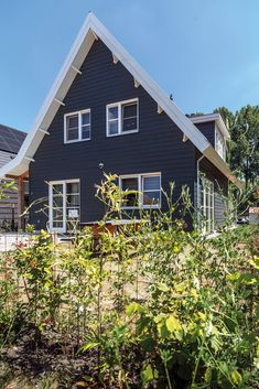 De gevelbekleding van Lunawood. Amsterdam, Cabin, House Styles, Wooden Houses, Home Decor, Wood Cabins, Decoration Home, Cabins, Wooden Cottage