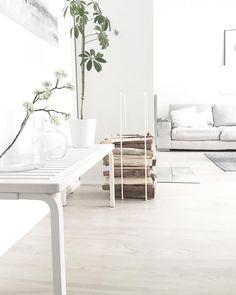 Täydennä sisustusta huonekaluilla, jotka toimivat monessa paikassa ja tilanteessa. Artek Aalto penkki ja Showroom Finland Mixrack teline tuovat tyylikkään lisän tähän olohuoneeseen