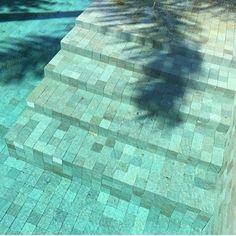 Após a colocação e rejuntamento encher a piscina de água