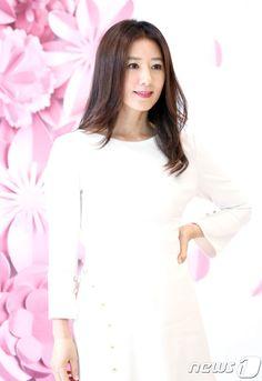 Kim Hee-ae (김희애) - Picture @ HanCinema :: The Korean Movie and Drama Database Korean Wave, Korean Actresses, Girl Crushes, My Idol, Kdrama, Fangirl, Asia, White Dress, Movie