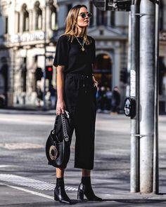 8 produções com t-shirt preta para te inspirar na balada de hoje. Calça patacourt, ankle boot preta