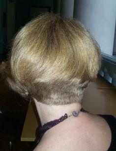 Вариант стрижки боб-каре, не требующий укладки на густых пышных волосах, с легкой ассиметрией