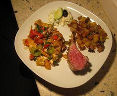 Lammkarree mit Kräuterkruste zu Paprika-Feta-Gemüse und Rosmarinkartoffeln - Lamb rib covered with a crust of herbs, tzatziki, potatoes with rosemary and feta-peppers